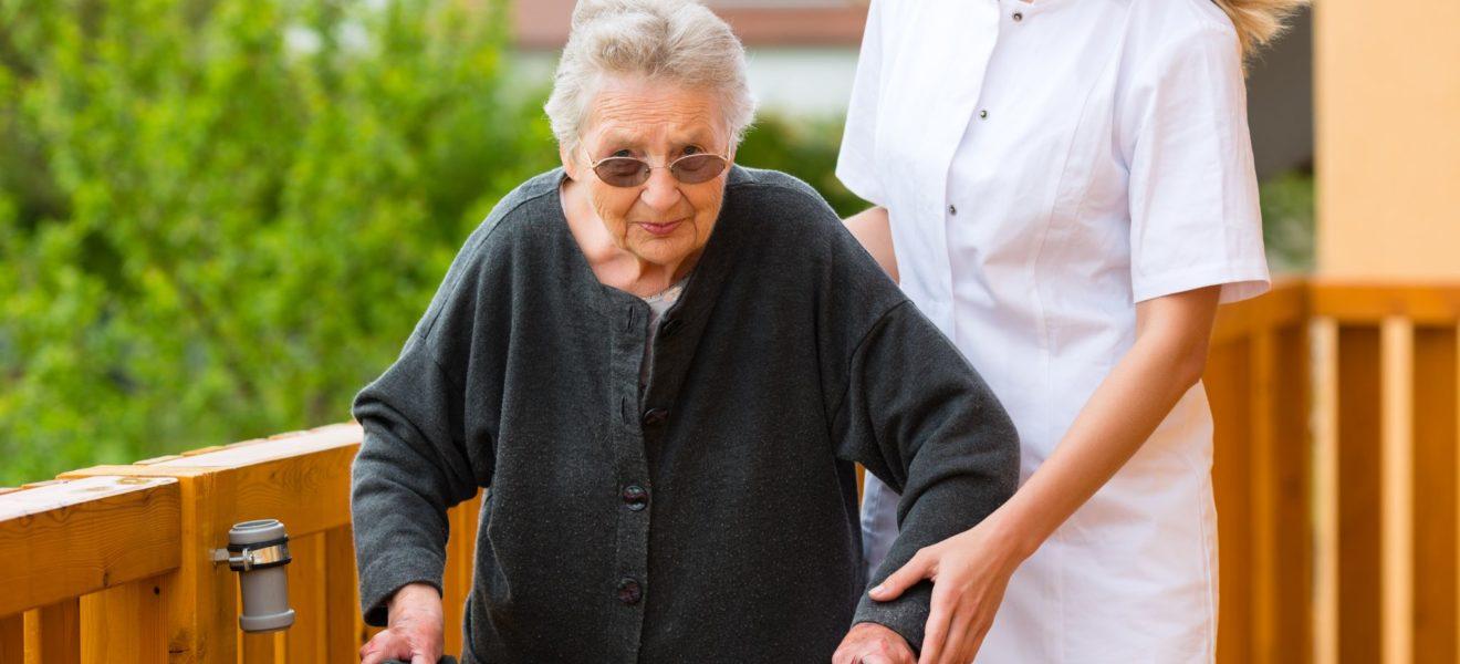 Stressende jobb på sykehjem – Slik takler Emilie arbeidsdagen