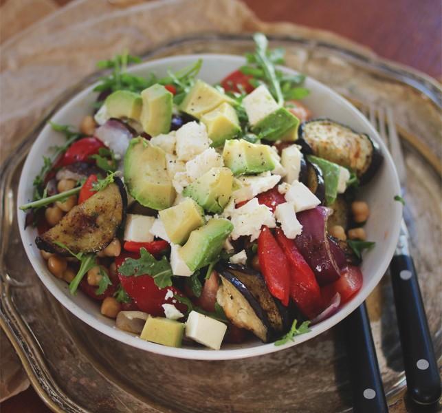 Salat med grillet aubergine, paprika & fetaost