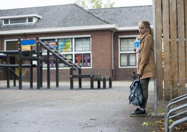 Trist jente i skolegården. Dagen som fortalte alt om fremtiden