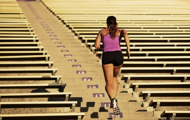 kvinne løper i trapp for å holde rutinene selv på jobbreise