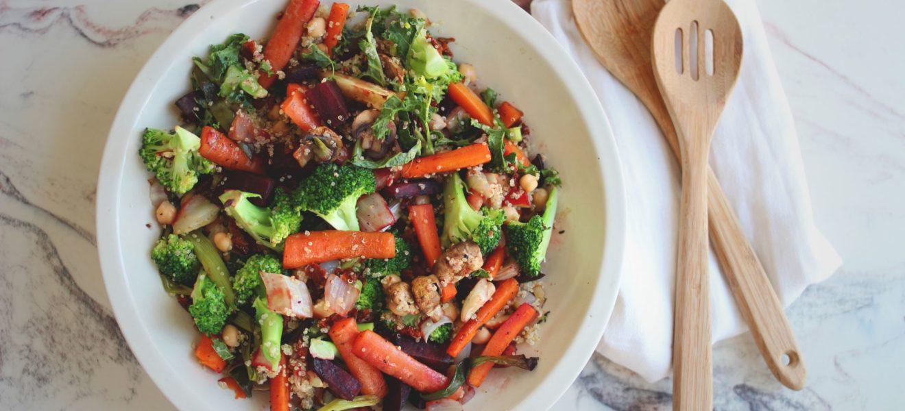 Grønnkålsalat med ovnsbakte rotgrønnsaker, quinoa & sjampinjong