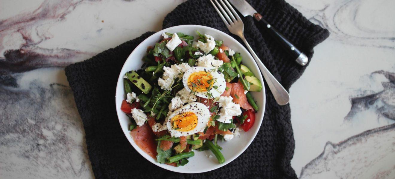 Salat med svart ris, røkelaks & fetaost