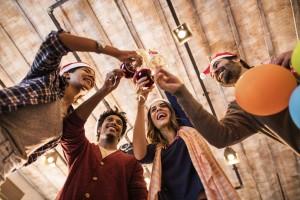 Julebord venner og kolleger skåler i drikke