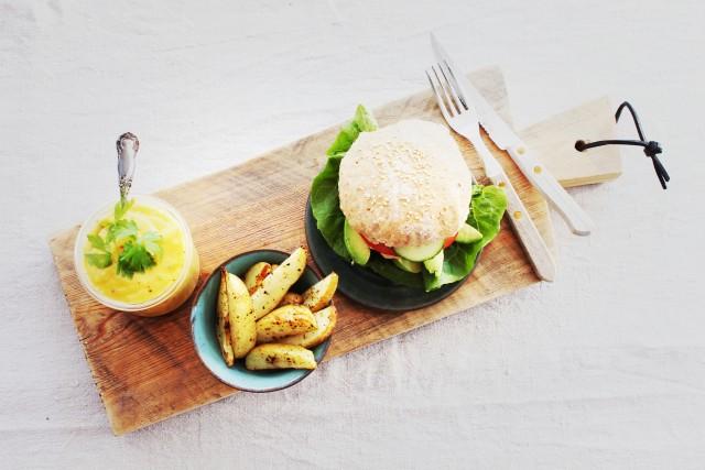 lakseburgere servert med chiliaioli og potetbåter
