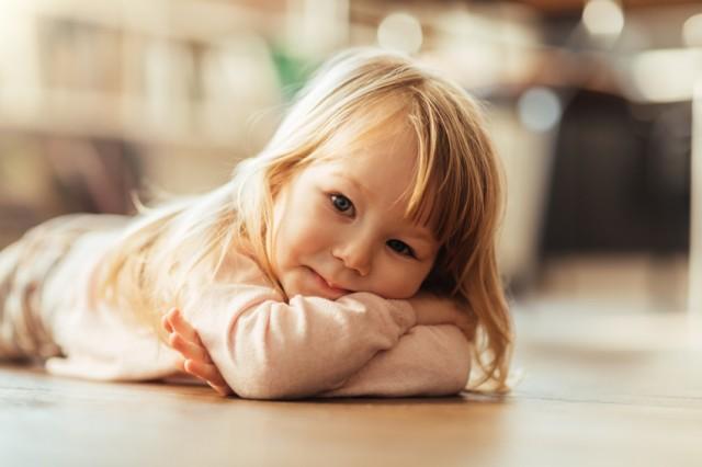 søt liten jente ligger på gulvet. Venter på mamma som alltid er på blodsukkervakt