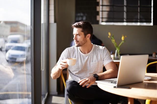 mann med laptop drikker kaffe. vaner og utskeielser