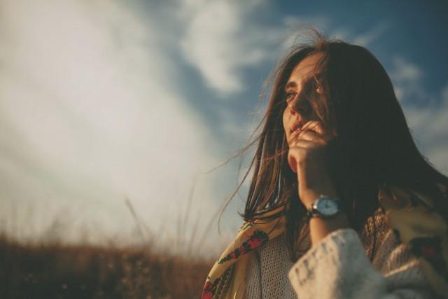 kvinne ute i naturen vind i håret