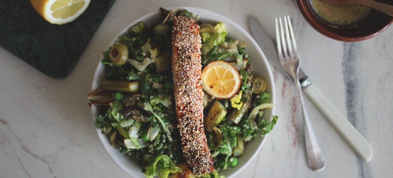 Grønnkålsalat med ovnsbakt sesamlaks