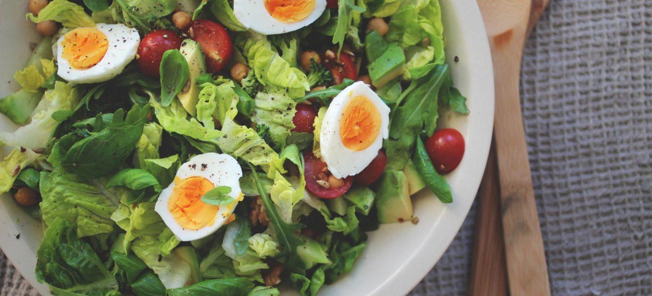 Eggesalat med ovnsbakt brokkoli og kikerter