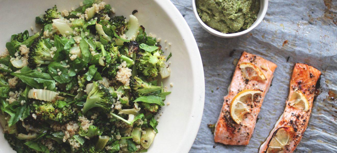 Ovnsbakt brokkoli- og fennikelsalat med laks og pesto