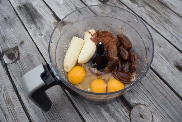 ingredienser til sjokolademuffins i en blender
