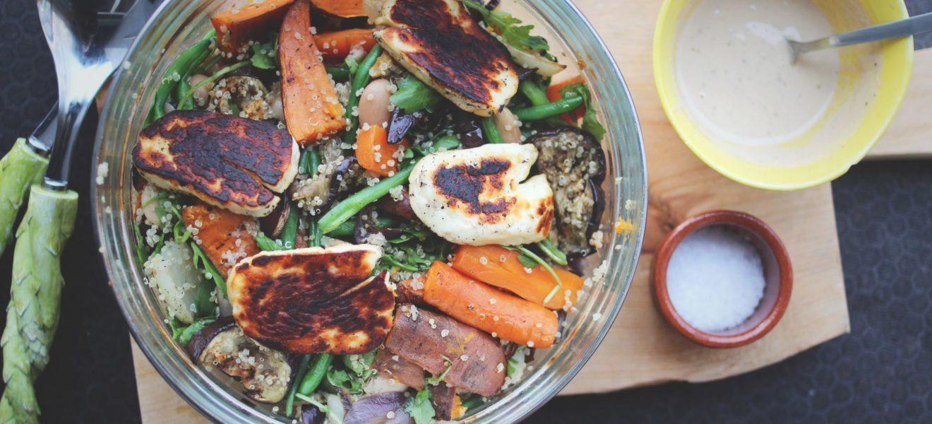 Lun quinoasalat med aubergine og halloumi