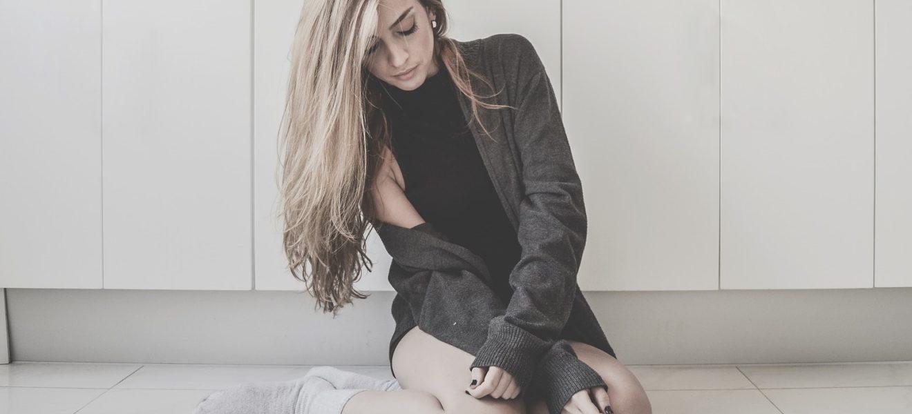 jente trist alvorlig sitter på gulvet