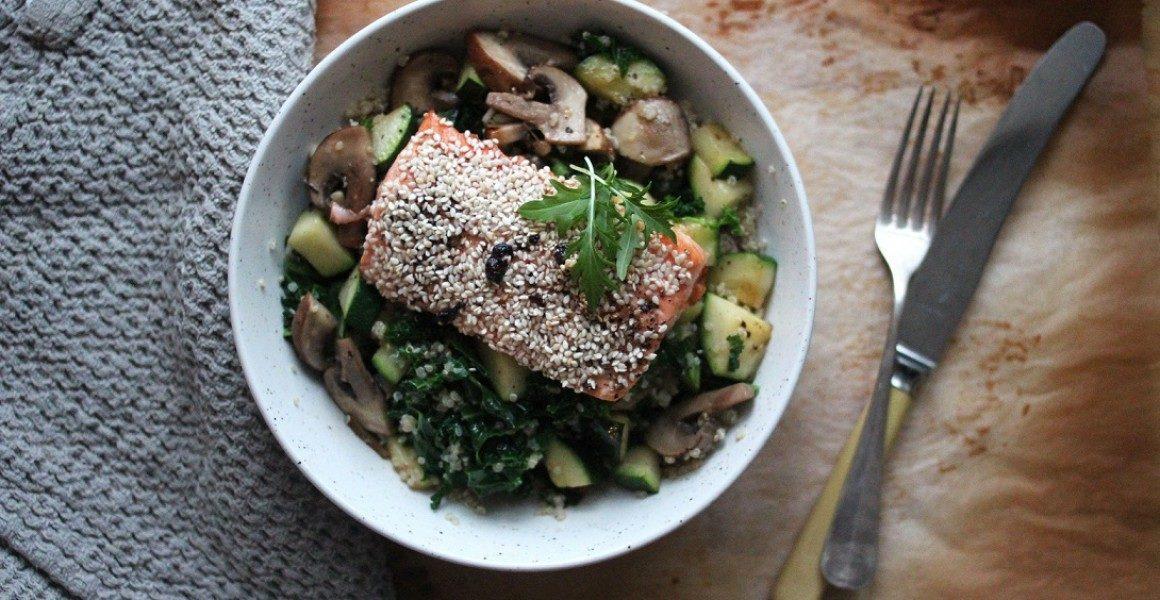 Sesamlaks med lun grønnkålsalat