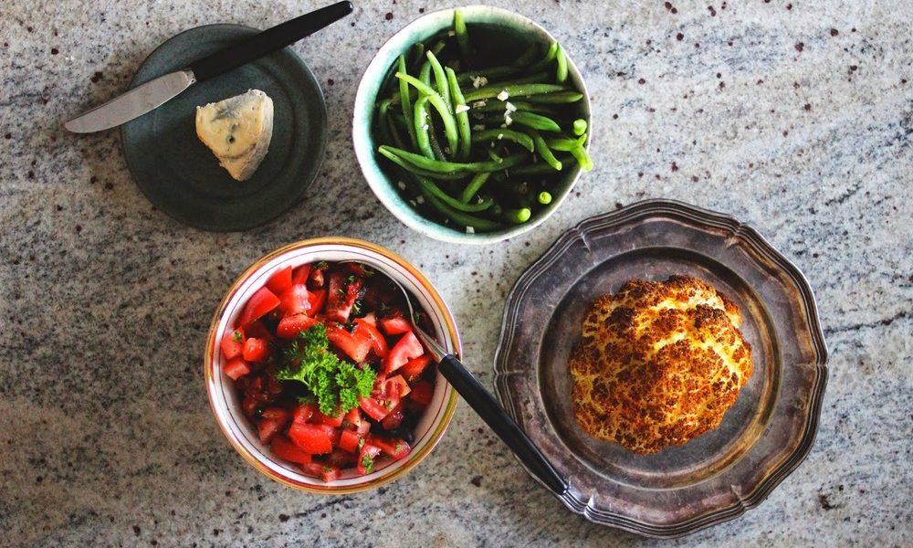 Ovnsbakt blomkål med tomatsalat & hvitløksbønner