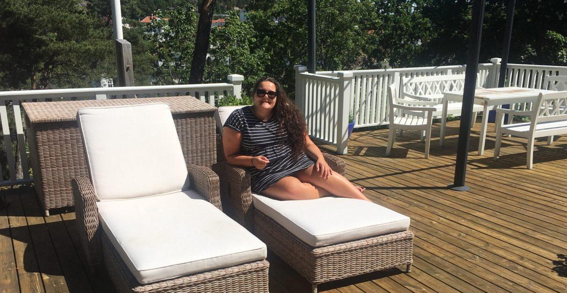 kvinne sitte ute sommer sol solseng veranda