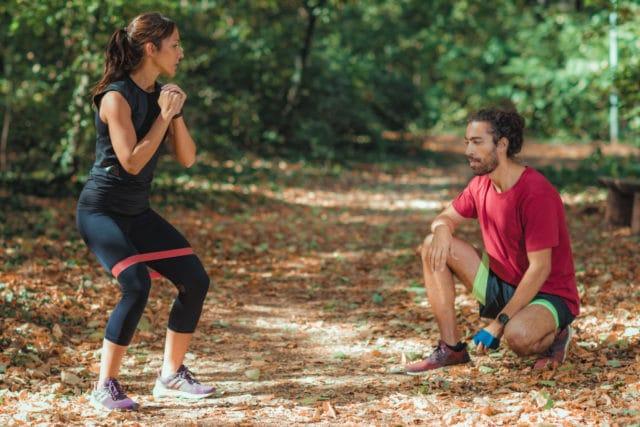 utendørs trening i ferien med et treningsstrikk