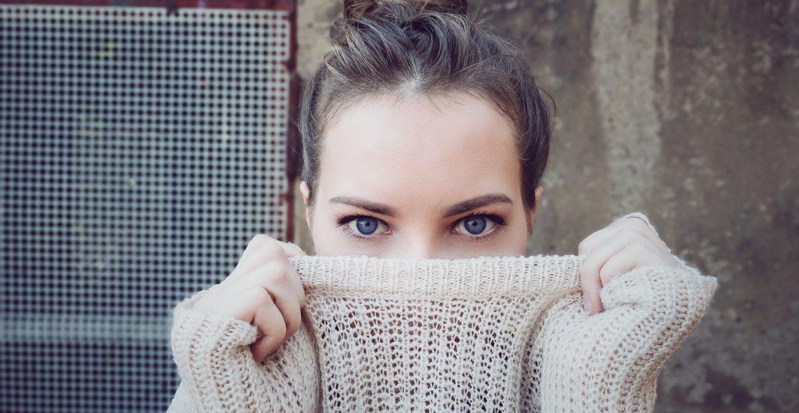 kvinne genser skjule ansikt øyne titte i kamera