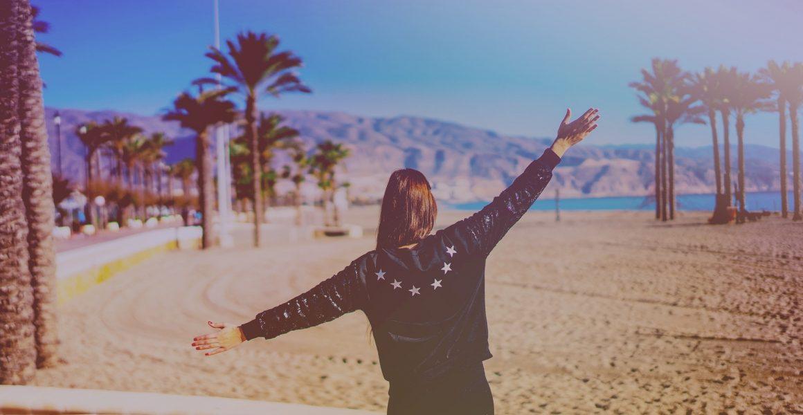 jente på ferie sommer glad palmer strand