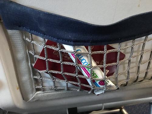 GlucoBooster og pass i lomma på stolryggen om bord på et fly
