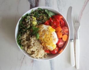 Fargerik lunsjsalat i en bolle