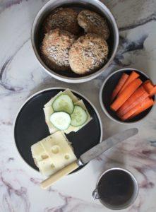 frokost, rundstykker med ost gulrot i skål