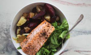 ovnsbakt laks i bolle med rotgrønnsaker og salat