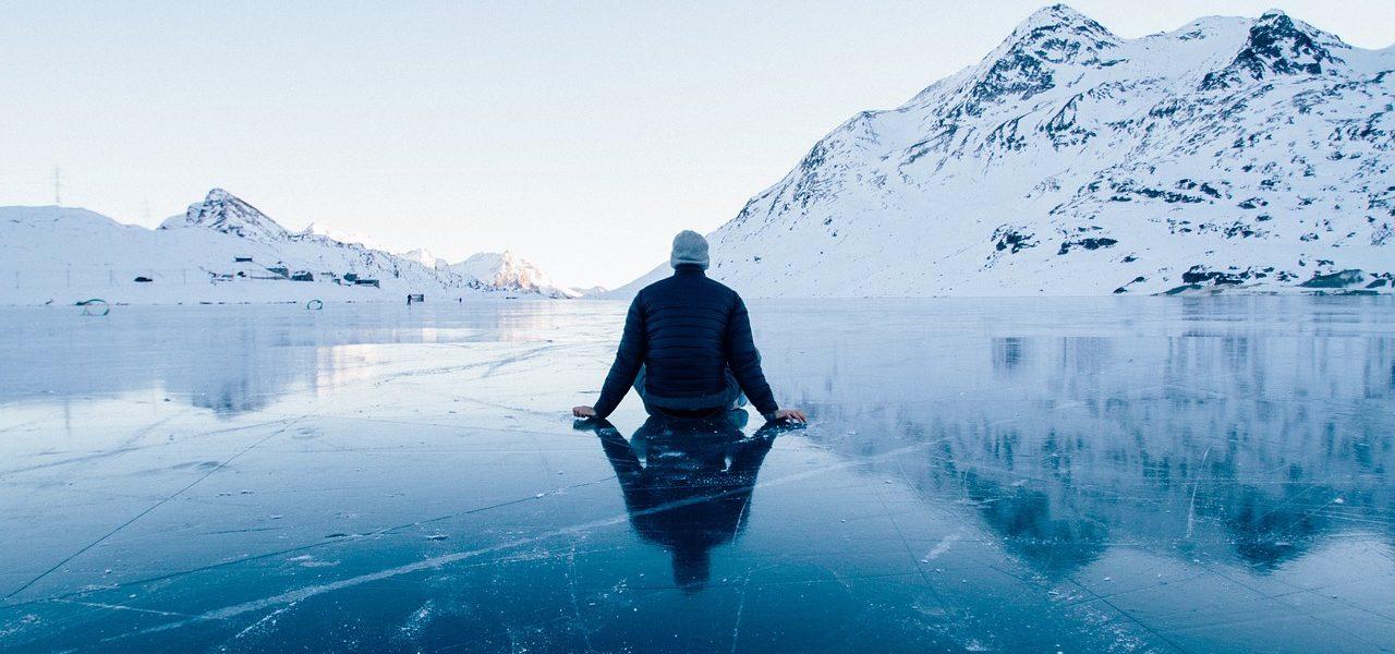vinterlandskap mann sitter på isen