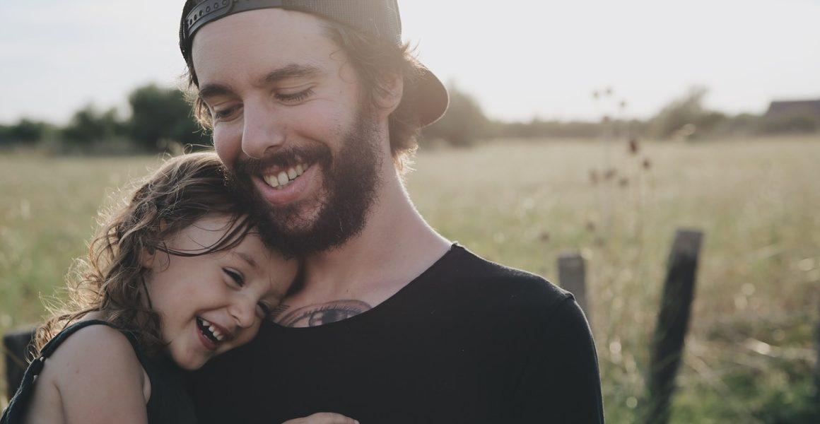 Far og datter sammen ute i frisk luft
