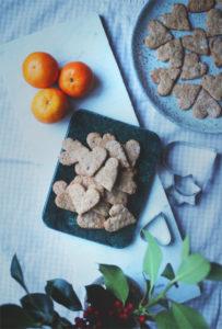 Pepperkaker og klementiner på kjøkkenbenken