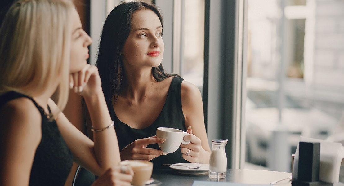 to jenter på kafé