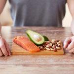 mann med sunn mat, laks avokado lavkarbo