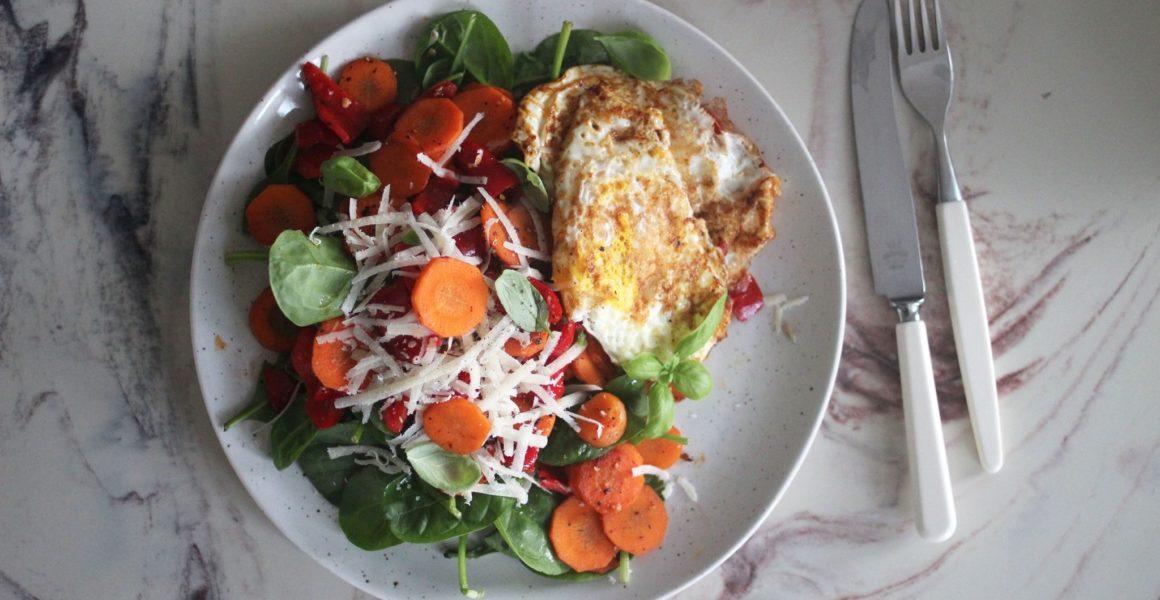 stekt egg og salat