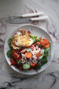 stekt egg med salat