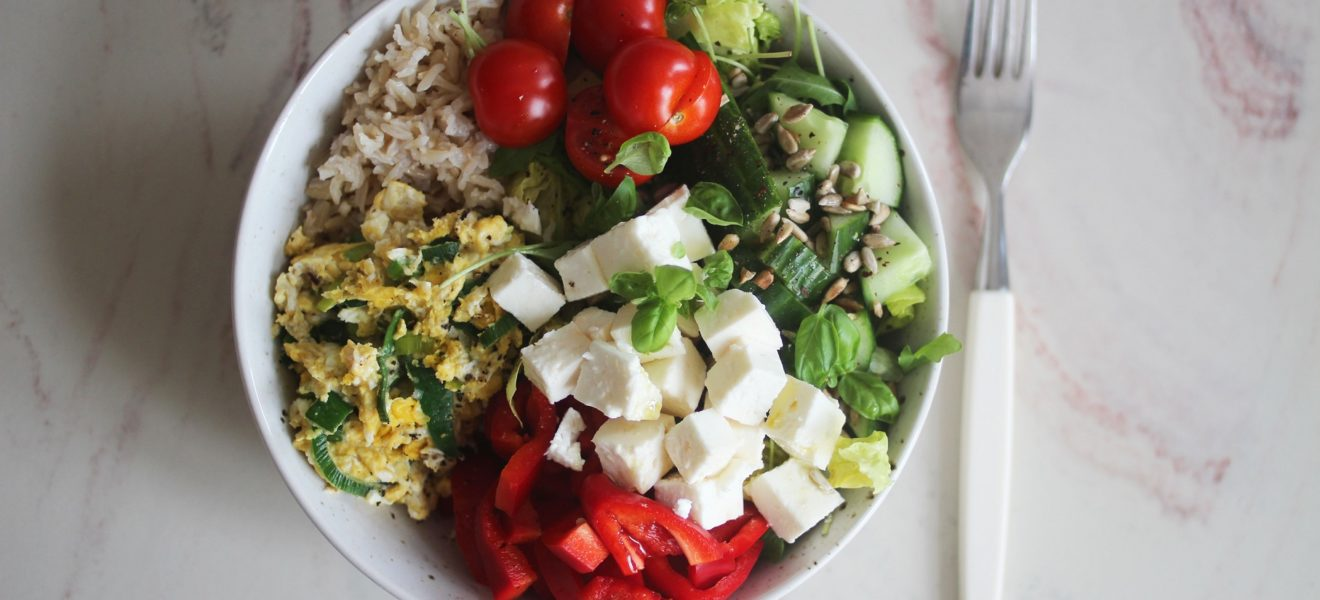 Salat med eggerøre, fullkornsris & fetaost