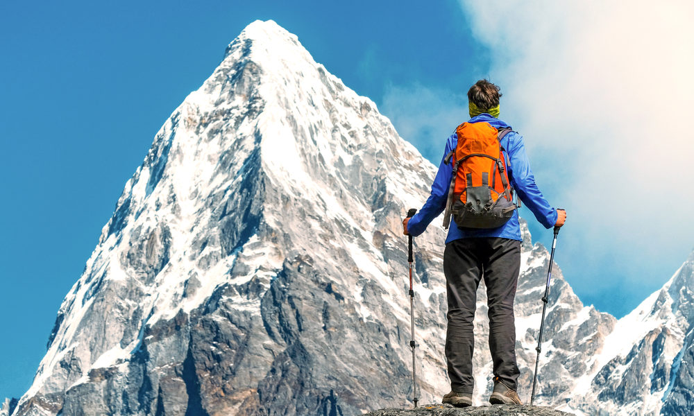 dame bestiger fjell