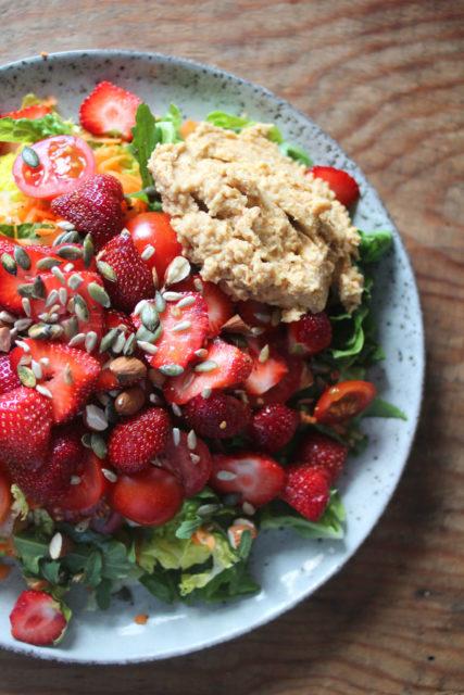 jordbærsalat med linsehummus