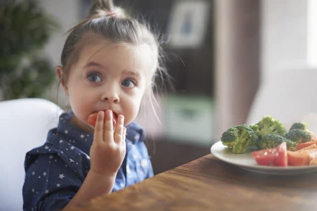 barn spiser grønnsaker