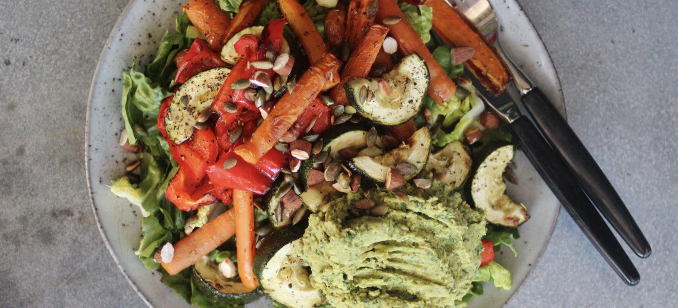 Grønn hummussalat med ovnsbakte grønnsaker & nøtter