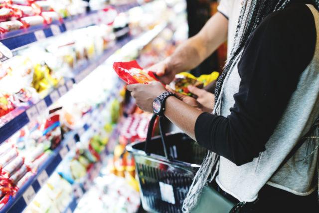 handler i butikk, leser hva matvarene inneholder