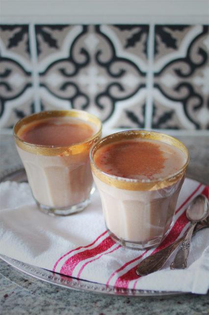 to glass med hjemmelaget julechai