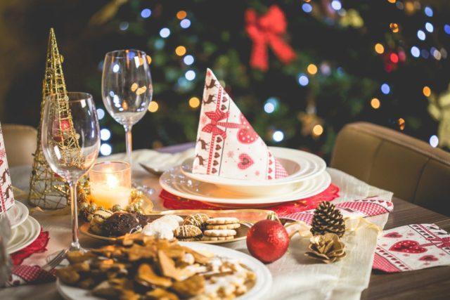 dekket bord, invitere til middagsselskap i julen