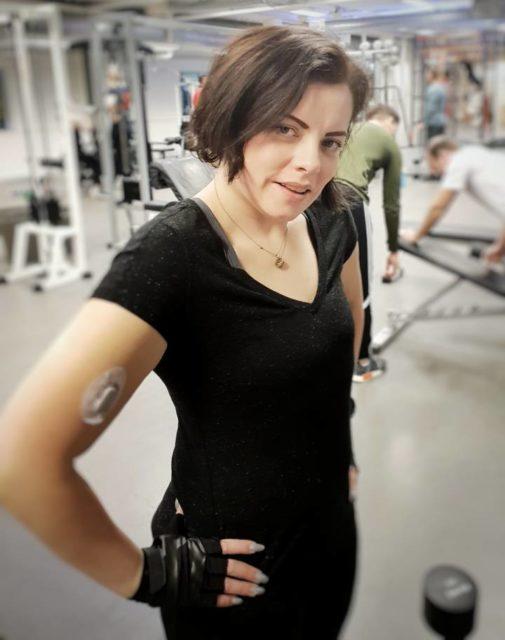 Linda gjør styrketrening, denne gangen skal hun ikke bli støttemedlem på treningssenter