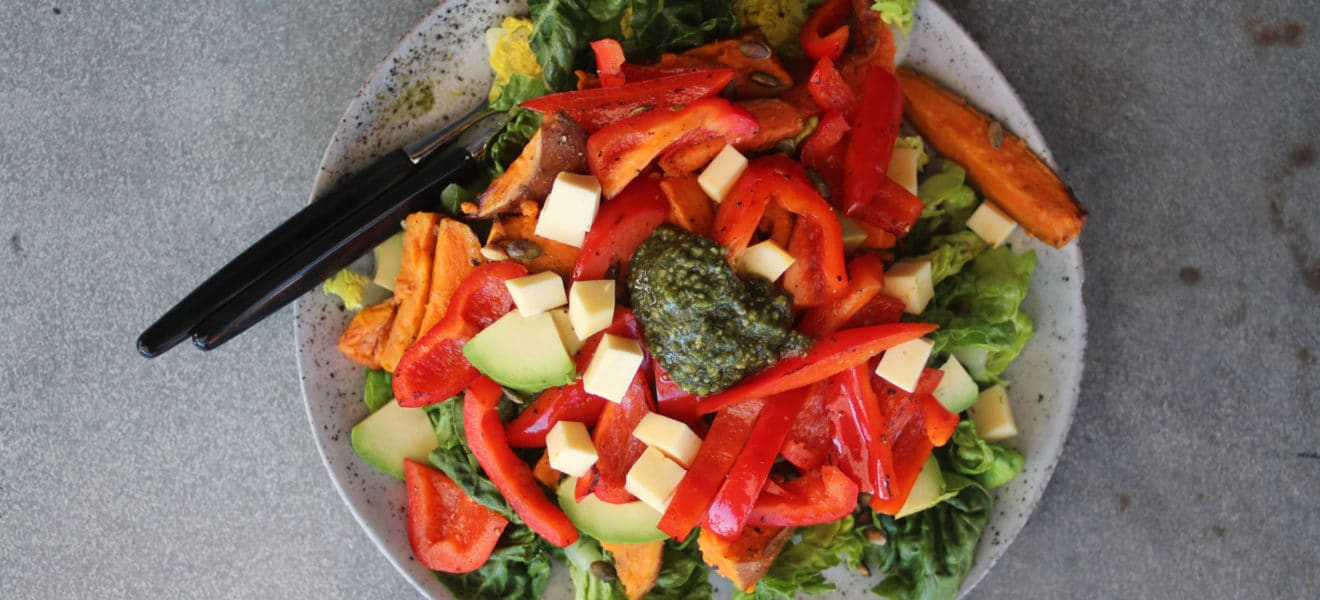 Ridderostsalat med ovnsbakt søtpotet og paprika