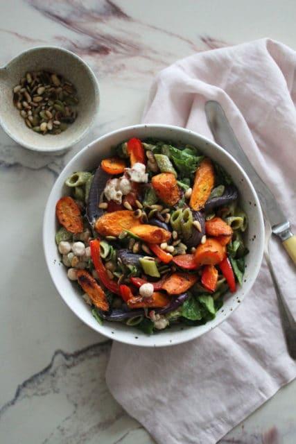 ertepasta med tahinisaus og grønnsaker