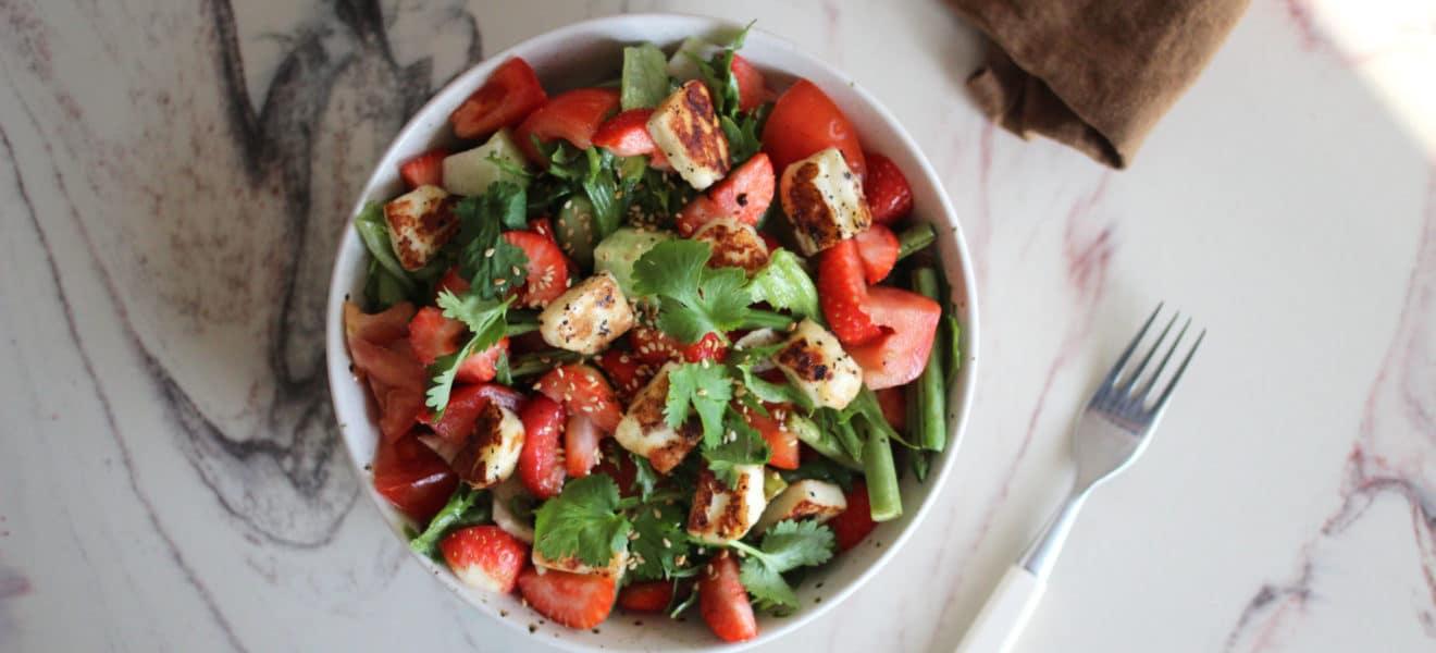 Sommersalat med jordbær & halloumi