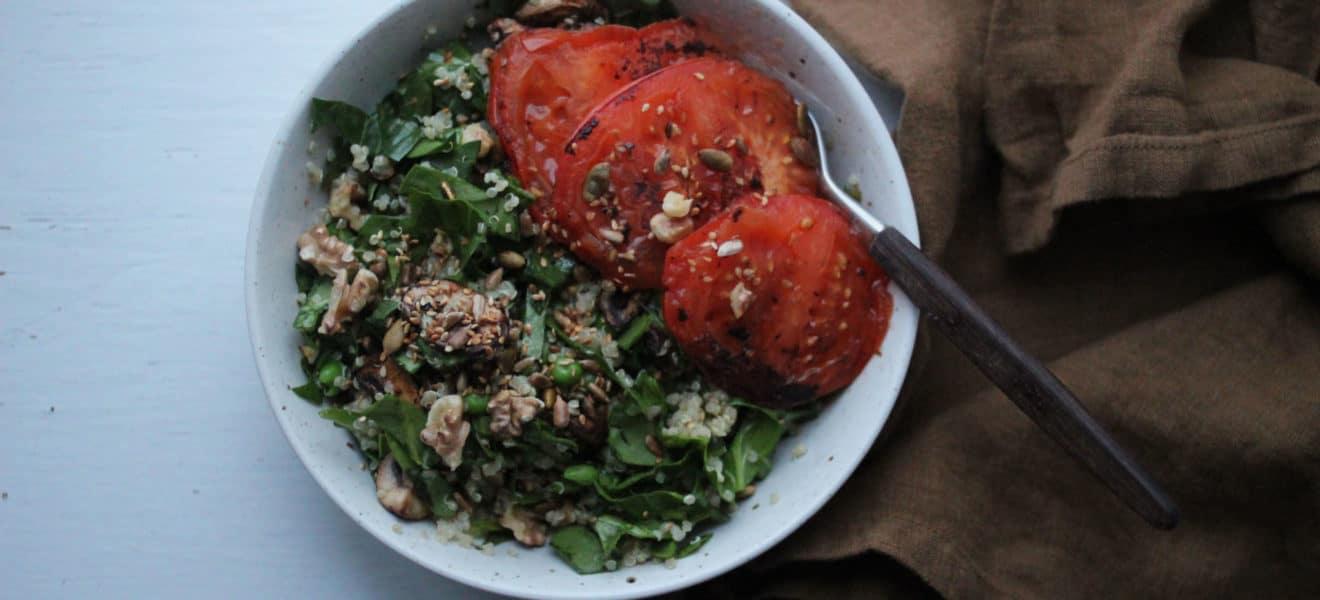 Quinoasalat med nøtter og grillet bifftomat