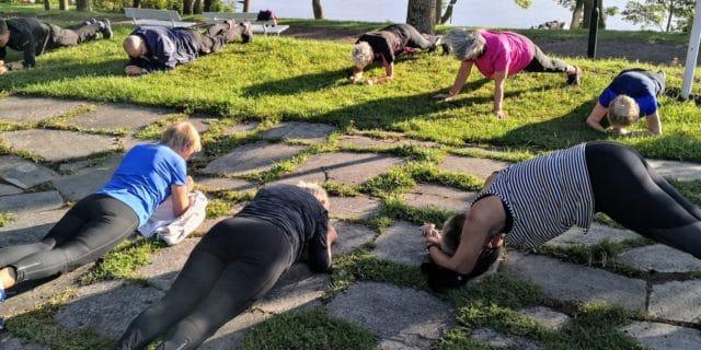 Mennesker trener utendørs, treningslegens magiske medisin er fysisk aktivtet