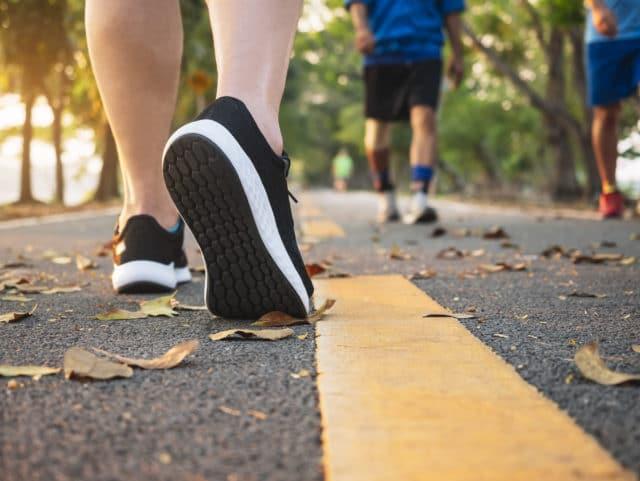 føtter, folk går tur. Hvert eneste skritt teller