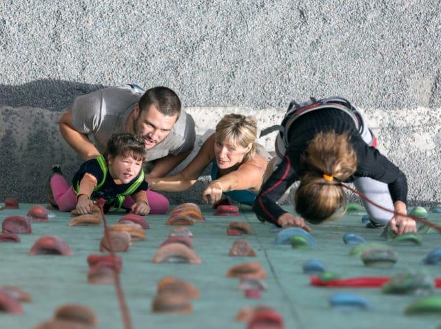 familie i aktivitet, innendørs klatring